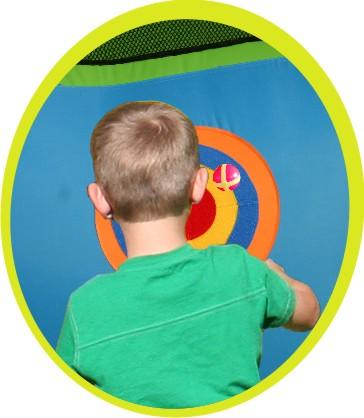 Castello multifunzionale con scivolo, superficie per saltare,canestro, arrampicata, bersaglio e lancio agli anelli. Divertente e completo per tutti i bambini!